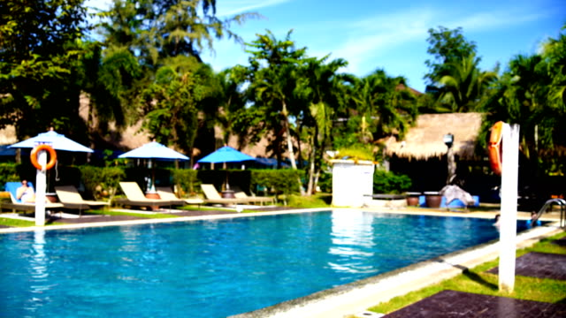 Achtergrond wazig: zwembad.