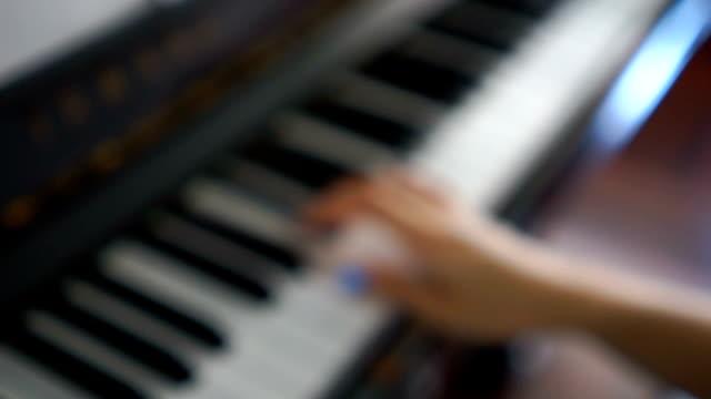 Wazig handen praktijk piano thuis