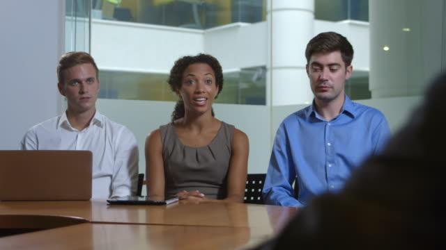 Boardroom-chat in einem Büro mit dem Vorgesetzten.