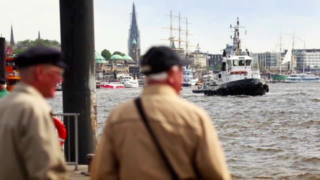 Boot im Hafen von Hamburg und der Elbe