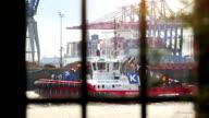 Boot im Hafen von Hamburg durch ein Fenster