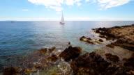 Freistil-Boot Segeln entlang einer felsigen Küste