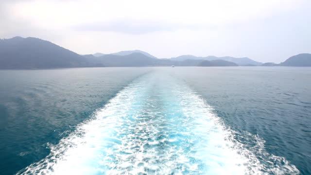 Barca scia nel mare blu