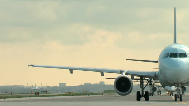 Boeing 737 aereo decollo Airbus attende a taxi