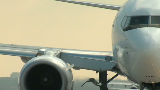 Boeing 737 Flugzeug taxis und Wendungen auf die Start- und Landebahn
