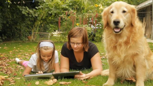 HD DOLLY: Gelangweilt Hund und zwei Mädchen mit digitalen Tablet