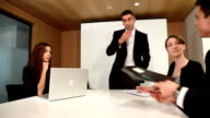 Chef mit Mitarbeiter gerne arbeiten in den Meetingräumen