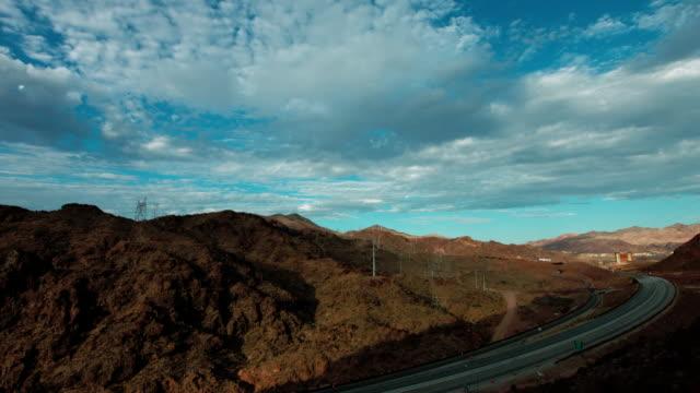Boulder City Nevada met nieuwe snelweg in aanbouw in de buurt van Hoover Dam