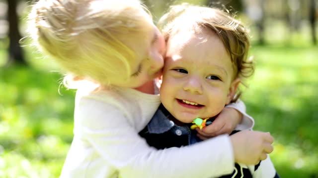 Jungen und Mädchen in den park