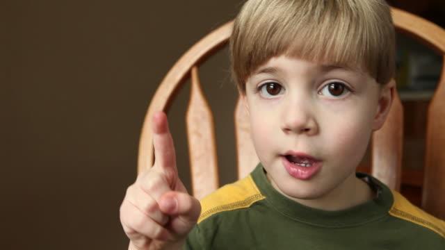 Ragazzo Counting per cinque utilizzando le dita