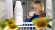 Jungen trinken Milch