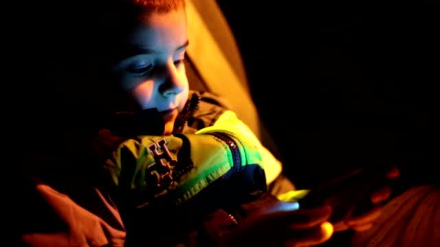 Junge Fahrten bei Nacht im Auto