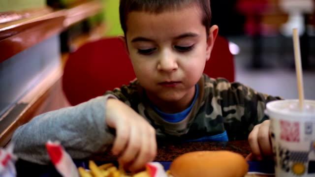 Junge Essen fast food und enjoyoing es