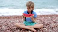 Junge isst Wassermelone