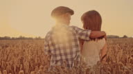 Jungen umarmt Mädchen in Weizen Feld