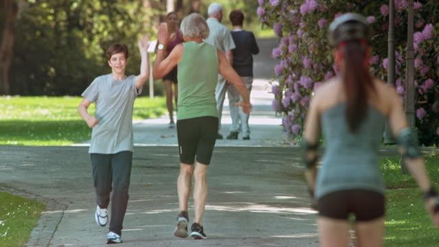 SLO MO junge geben hohe fünf zum grandfather running von