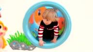 MONTAGGIO: Un ragazzo nel parco giochi