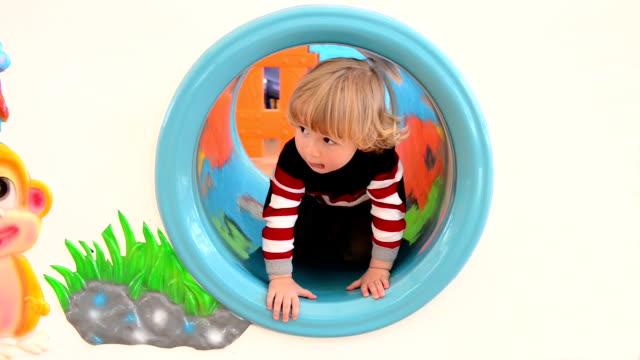 MONTAGE: Ein Junge in Spielplatz