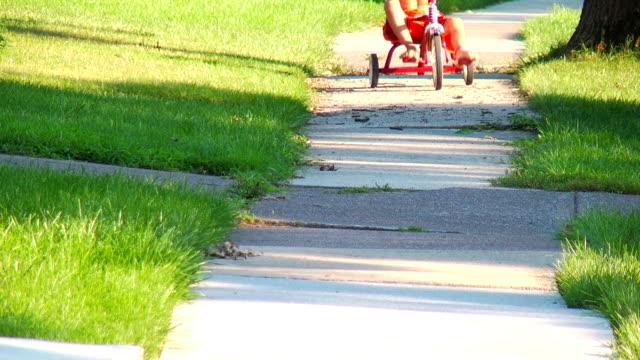 Junge low Reiten auf dem Dreirad