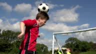 Jungen spielen Fußball Ziel mit Header-Kid's Football