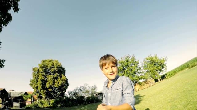 Jongen nemen van een selfie van zijn familie