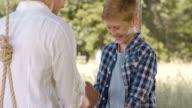 SLO MO – Jungen Daumen Ringen mit Bruder auf Schaukel