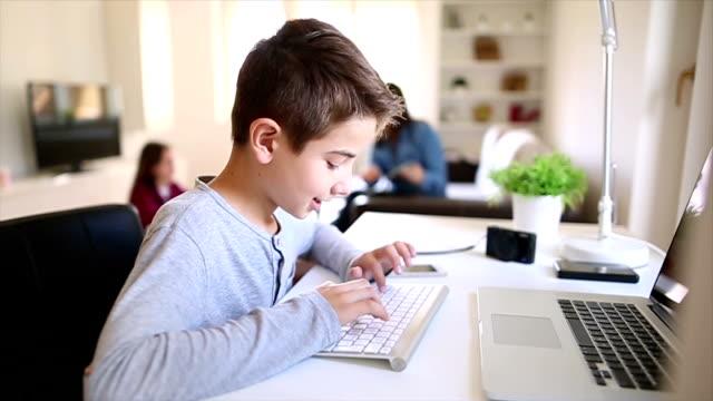 Ragazzo con laptop In alto a casa