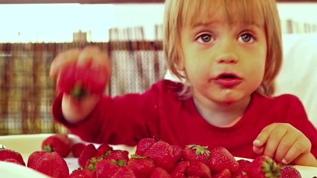 Junge mit Erdbeere