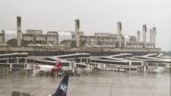 Brasil subasto este viernes los aeropuertos de Rio de Janeiro y Belo Horizonte dos de las 12 ciudades sede del Mundial 2014 para avanzar en reformas...