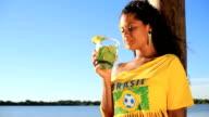 Brasilianische Mädchen trinkt caipirinha
