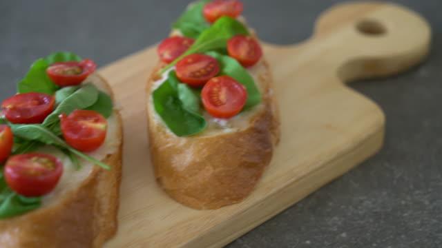 brood met de rucola en tomaten