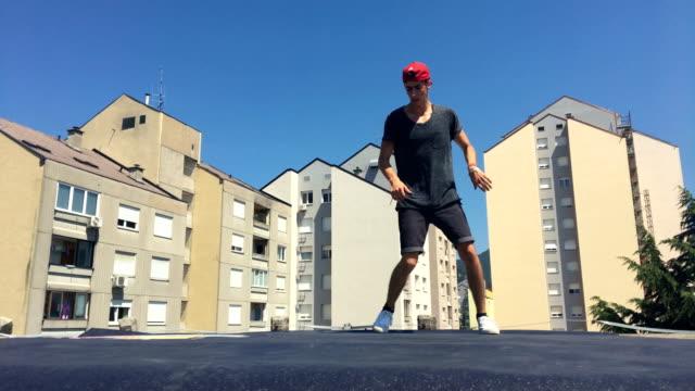 Breakdancer tanzen auf einem Dach in einer Stadt