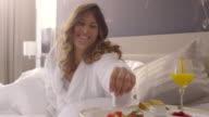 Frühstück im Bett. Menschen aufwachen.