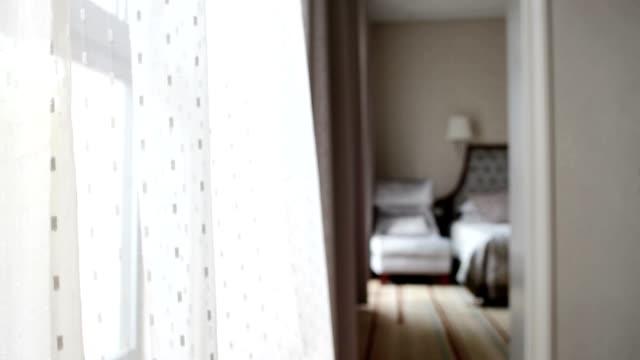 BREZZA mandare una tenda attraverso una finestra aperta