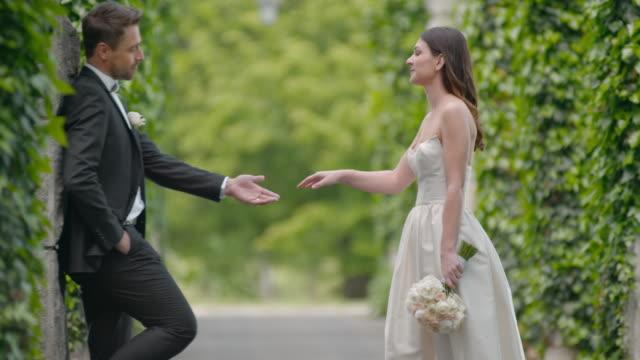 SLO MO bruid benaderingen van haar man en hem kussen