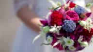 CLOSE UP PANNING selectieve FOCUS bruid houdt van kleurrijke boeket