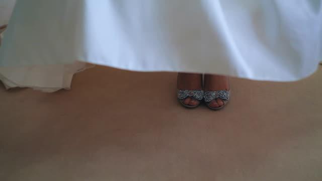 Bruden bär bröllop skor.