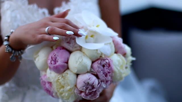 Bruid met bruiloft boeket