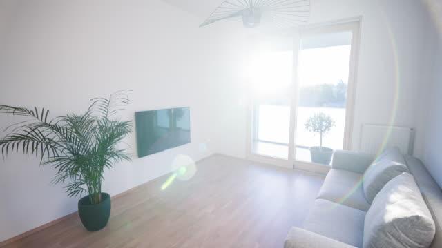 Ljust vardagsrum i en ny modern lägenhet