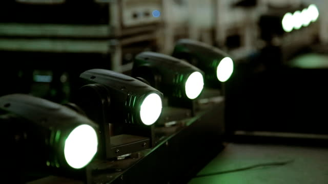 Heldere fase lichten knipperen spotlight op verdieping / gemalen