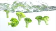 Brokkoli planschen in Wasser (Zeitlupe