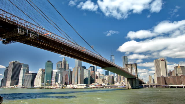 Brooklyn Bridge och Manhattan