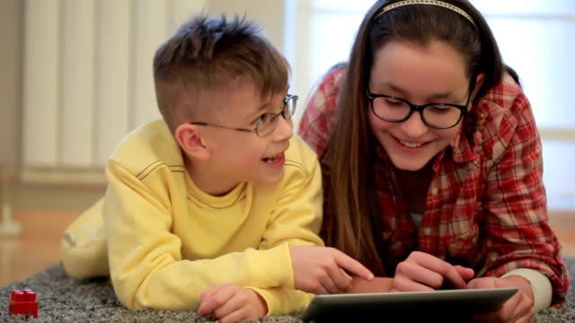 Fratello e sorella divertirsi con Tavoletta digitale