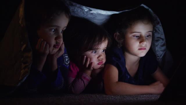 Broer en zus kijken naar een film