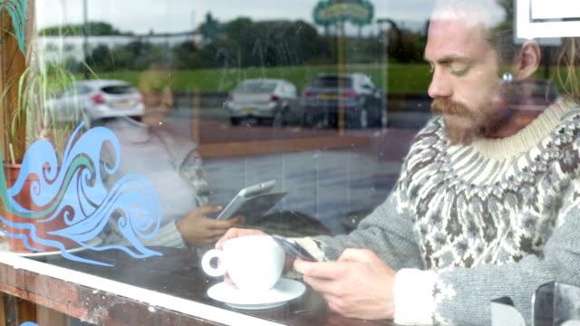 Navigazione Smartphone in Café