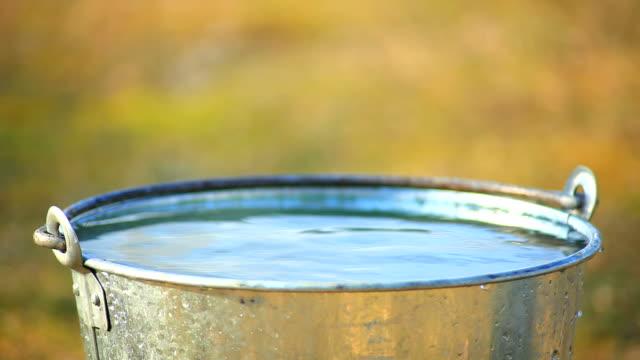 Eimer mit Wasser gefüllt