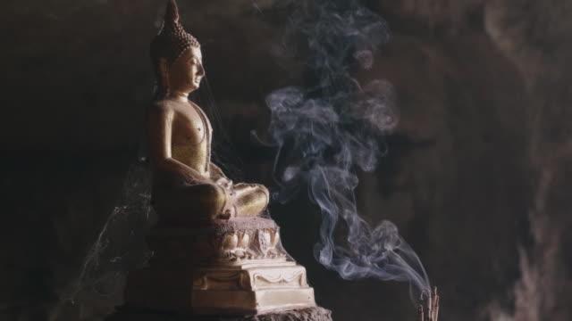 Buddhastaty med rök