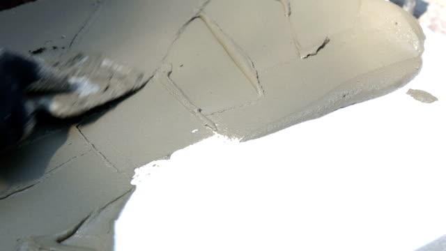 Bouwer toebrengt bouw lijm op polystyreen.