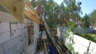 Bauherren bauen ein Dach.