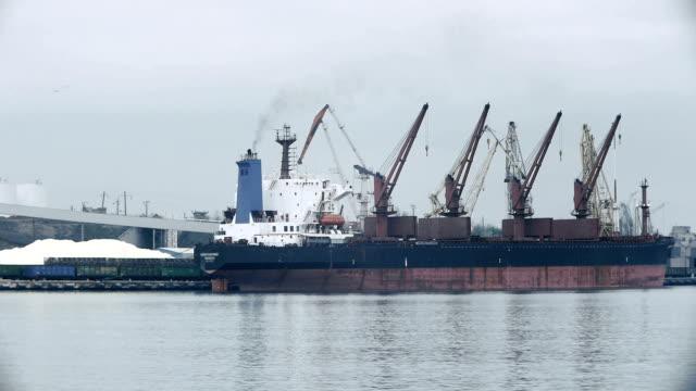 Bulk carrier ship unloading by cranes
